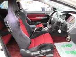 専用インテリア&専用スポーツシート♪ 専用ブラックXレッドカラーのシートになります♪ ホールド性の高いシートでスポーツ走行も楽しめます♪