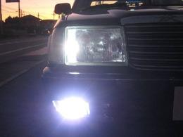 高光度LEDポジションランプ&LEDフォグランプの点灯写真です。COOLな煌めくホワイト光でナイトドライブを楽しめます。