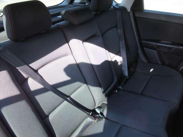 ☆後席リアシートだってこんなに綺麗ですよ!☆車内広々のアクセラですから後席でも足を伸ばしておくつろぎ頂けます。