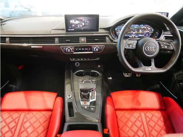 運転席と助手席を取り囲む ラップアラウンドデザイン により開放感あふれる空間を作り上げました。
