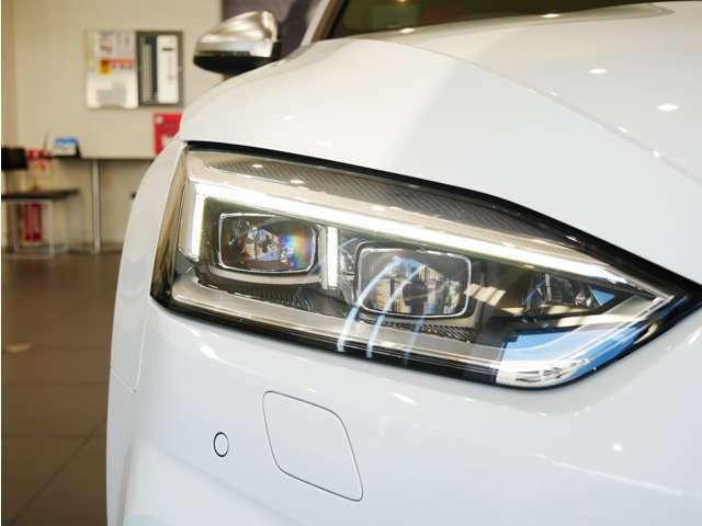 マトリクスLEDヘッドライトはオートハイビーム機能に加え、ダイナミックコーナリングライトやオールウェザーライト機能を備えており、様々な環境下で常に最良の視界を確保します。