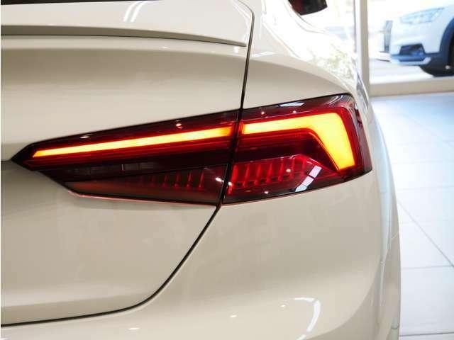 内側から外側へと流れるように点灯するダイナミックターンインディケーターを前後に採用されています。