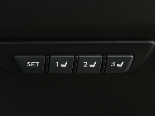 スイツチ一つでいつものシートポジションに戻せるメモリー付パワーシートが装備されております。3つのポジションを記憶させられますので、とても快適ですよ。