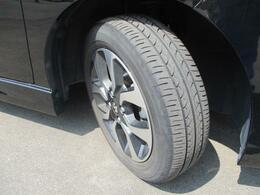 切削加工とブラック塗装を施したスタイリッシュな純正15インチアルミホイールを装着!タイヤの溝も、まだまだ!くわしくはスタッフへ。