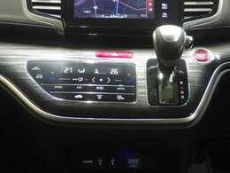 運転席と助手席の温度を別々に設定可能なデュアルコントロールエアコン装備です。