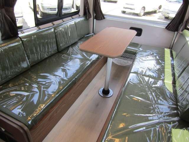 後席シートは質感の良いレザーシート加工が施されております♪