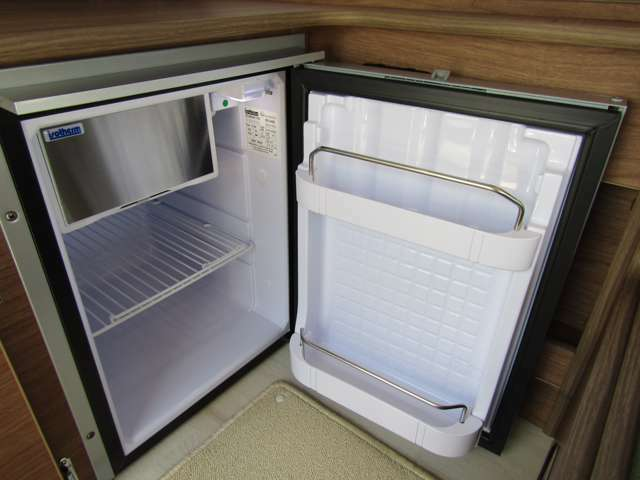 もちろん冷蔵庫完備です!キャンピングカーには欠かせません!