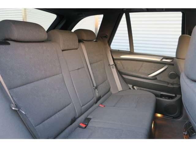 サンルーフが付いているので、明るく開放感のある車内空間になっています。