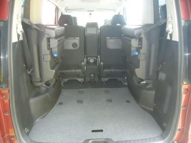 サードシートは左右に跳ね上げ式でこのように収納されます。とても軽く上がりますので女性でも楽にできるんです