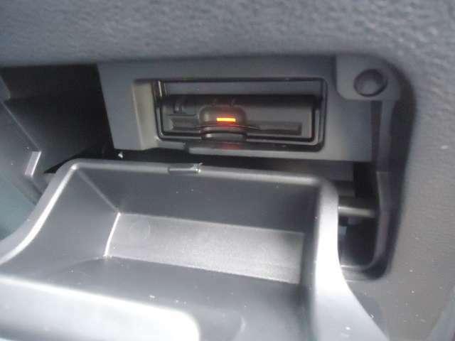 右側小物入れにはETC車載器が装備されています。高速道路走行時重宝いたします。