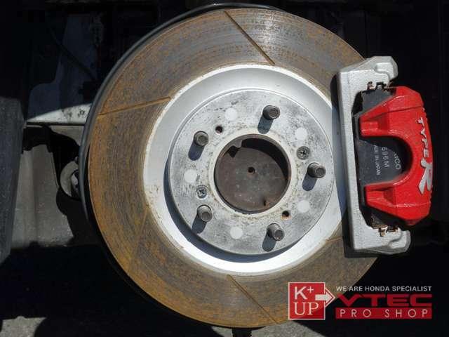 シビックタイプRユーロ用ブレーキキャリパーが装着されております。ブレーキローターはヒートクラック・偏摩耗等ございません。消耗後の交換も是非ご相談下さい。社外ブレーキラインが装着済みです。