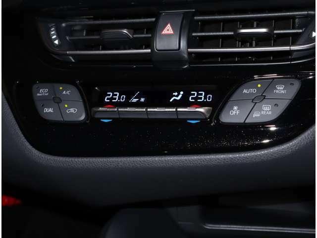 運転席と助手席で別々の温度設定が出来るデュアルオートエアコンで、車内は年中快適です♪