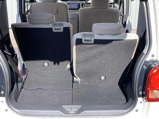 後部座席を最大まで前側にした状態と最大まで後ろにした状態です。荷物もたくさん積めます