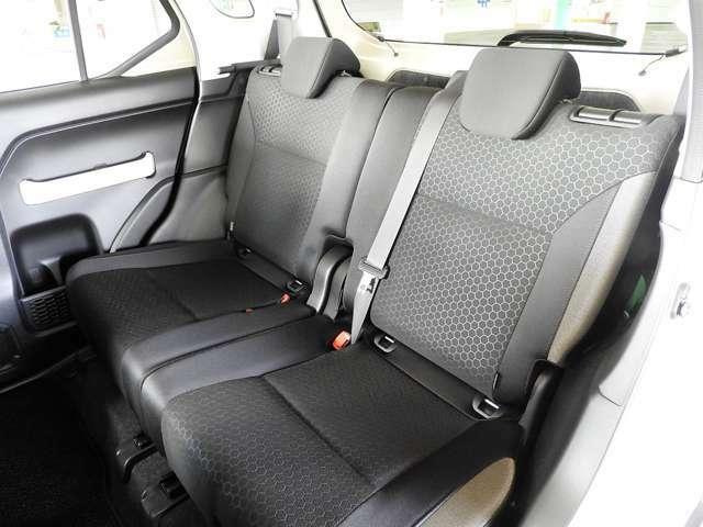 リヤシートは左右別々にリクライニング&シートスライドが可能です。