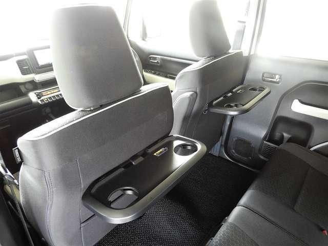 MZグレードには前席背もたれ部分にパーソナルテーブルが装着。ちょっとしたテーブル感覚で使いやすい♪