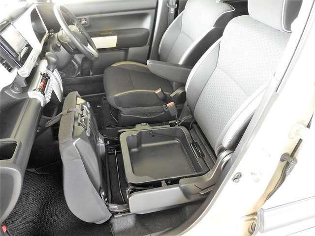 助手席シート下には『バケツ収納』スペース。取り外しが可能なので汚れたらバケツのように取り外してジャブジャブ洗えちゃいます♪