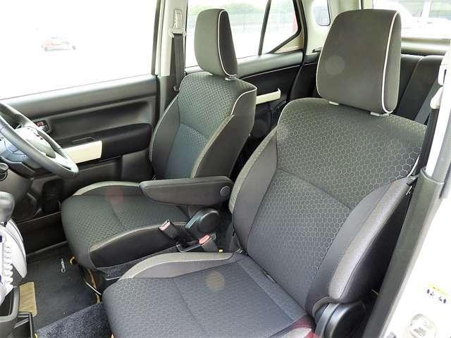 運転席にはアームレストが備わっています。