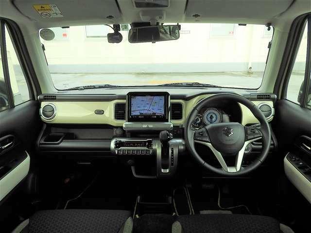 視界がよく運転しやすいフロント。シートリフターが備わっているので運転席座面の高さ調整をすると前方はとっても見やすいです。