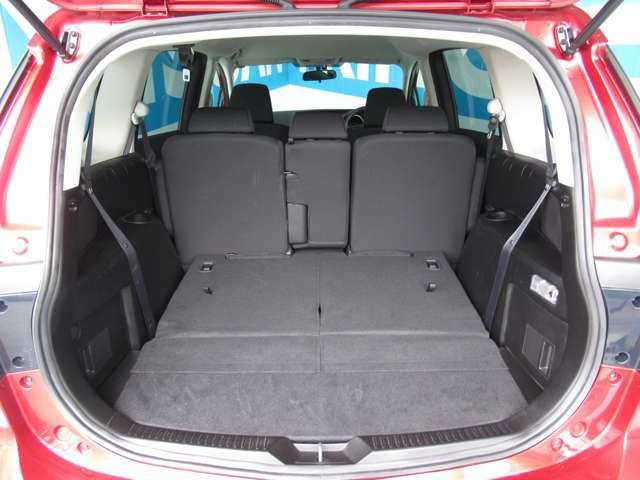 後部座席を倒すと大きな荷物も運べます。