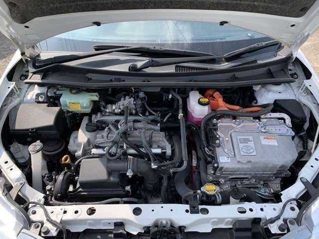 エンジンはタイミングチェーン式です。 タイミングベルト式とは違い、10万km走っても新車から10年経っても、基本的には交換は不要です。 エンジンルーム内も写真の通りとても綺麗な状態で保たれておりました