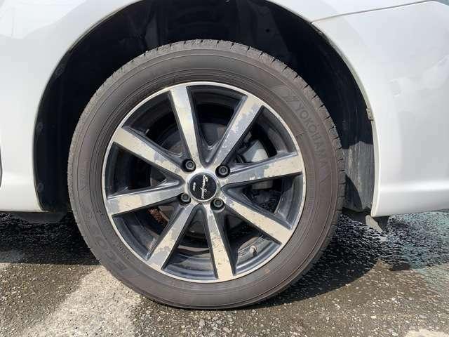 社外15インチAWにノーマルタイヤ、タイヤ山はおおよそ各6分山程度、タイヤサイズは185/55R15です。 スペアタイヤレスとなり、また社外15アルミは写真の通り塗装はげやクリアあげが全体的にあります