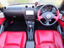 視界も広く、回りも見やすい運転にストレスを感じにくいお車だと思います。内装はとにかく赤いです。
