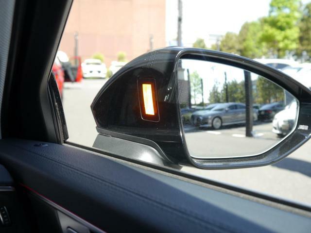 斜め後方から接近する車両を感知しドライバーに警告するサイドアシスト装備。