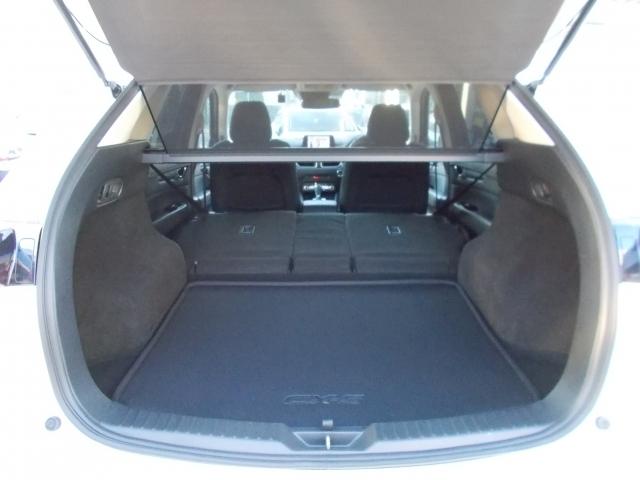 左右のシートを倒せばご覧の通りの広い荷室の完成!車内泊も可能ですね☆