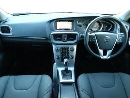 2018年モデル!特別仕様車V40D4ダイナミックエディションが入庫しました!ほんのりスポーティな1台!外装はオニキスブラックメタリック、内装はチャコールのファブリックシートでございます!