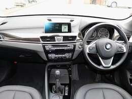 センターコンソールは、ドライバーに向かうよう角度がつけられ、運転に必要な操作系は自然に手の届く範囲に配置。運転すればするほど、BMWがカラダの一部のように馴染んでいくデザインです