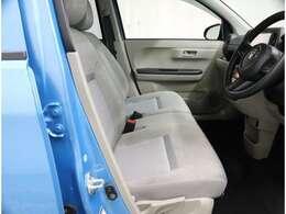 ベンチシートでゆったり運転席助手席