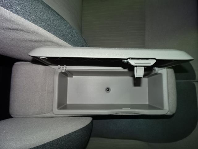 フロントシートの真ん中にあるひじ掛けの中に小物を入れるスペースがあります!