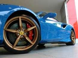 スペシャルオプションのマットゴールド20インチ鍛造ホイールに赤いキャリパーが装備されております。