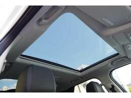 前席と後席の備わっていますガラスルーフ♪ボタン一つで前後別々の開閉が可能となっております。