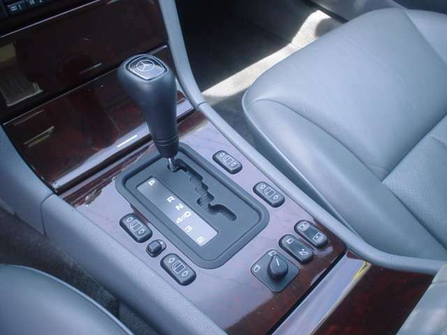 ■電動格納ドアミラーとパワーウィンド、電動リアサンシェードのスイッチ。