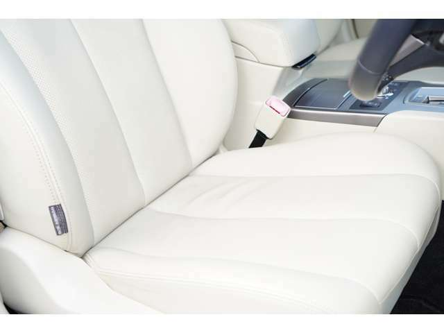 運転席、助手席ともに綺麗です。一度ご覧くださいませ。また【本革シート】【パワーシート】【シートヒーター】が装備されておりますので、高級感がございます♪