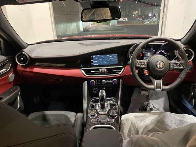 エレガントな曲線で構成されるダッシュボード!中央には8.8インチディスプレイの車載インフォテインメントシステム「Connectシステム」!