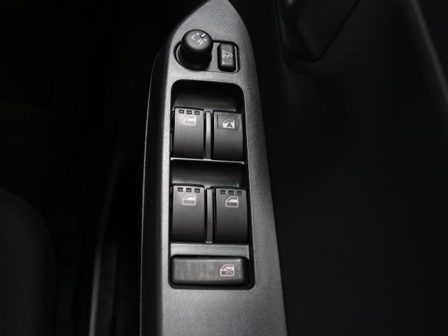 運転席で全席のウインドウを操作できます
