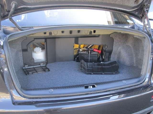 ウォッシャータンク バッテリーは重量配分の為トランクで収納します このお車はスペアータイヤ仕様です