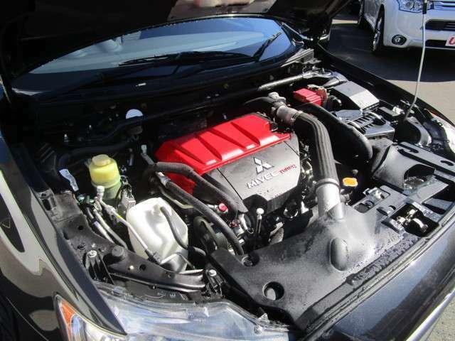 2000ccMIVEC(可変吸排気)ターボエンジン 後方排気レイアウトでエンジン搭載位置を下げています。