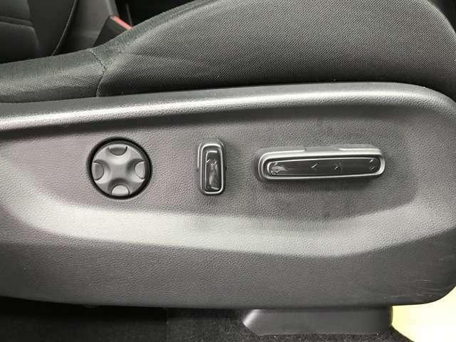 シートの位置や角度を 電動で細かく調整できます。