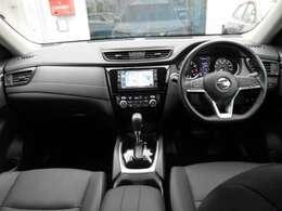 視界が広いフロントガラスです またスイッチ類も使いやすい運転席まわりです