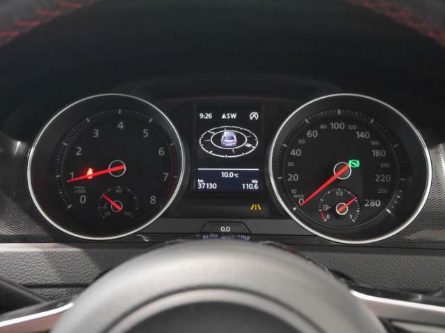 マルチファンクションインジケーターには航続可能距離や燃費情報など様々な情報を映し出します。
