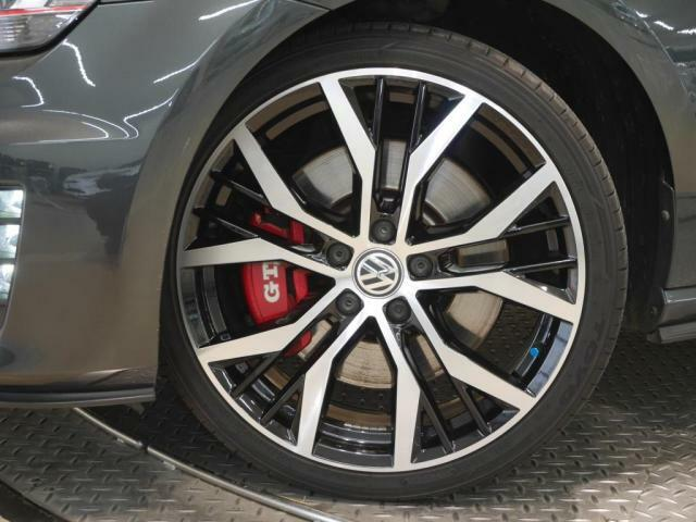 アグレッシブなデザインの19インチアルミホール Santiago を専用装備として採用、GTI Performanceの高性能を視覚的にもアピールします。