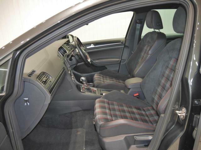 GTI伝統のチェック柄のスポーティなデザインはそのままに、アルカンターラ&ファブリックの専用シートトリムで一味違う上質感を演出しています。