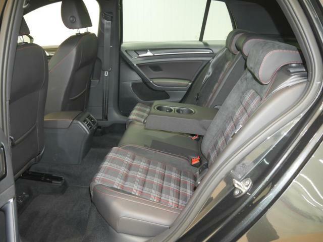 リアシートも座面が長く、身体をしっかりと支える設計となっております。アームレストにはドリンクホルダーも装備。