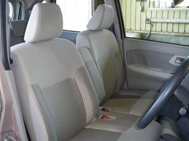 フロントシートはベンチタイプ!乗り降りが大変楽ちんです。