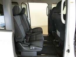 足元広々で、ゆったりとした後席です。ノビノビ、リラックスで快適な空間でドライブは気持ちもいいですよ。