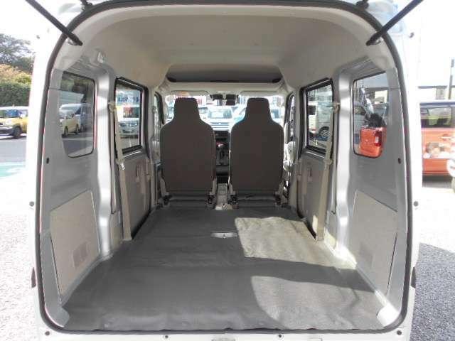 さらに折りたためば、フルフラットになり広い荷室スペースが確保できます。