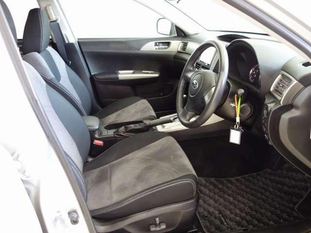 運転席はパワーシートです!!アルカンターラ表皮シートで高級感ありますよ